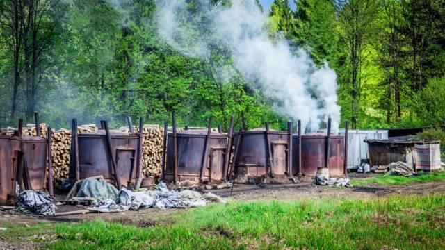 Tradycyjny sposób produkcji węgla drzewnego w Bieszczadach