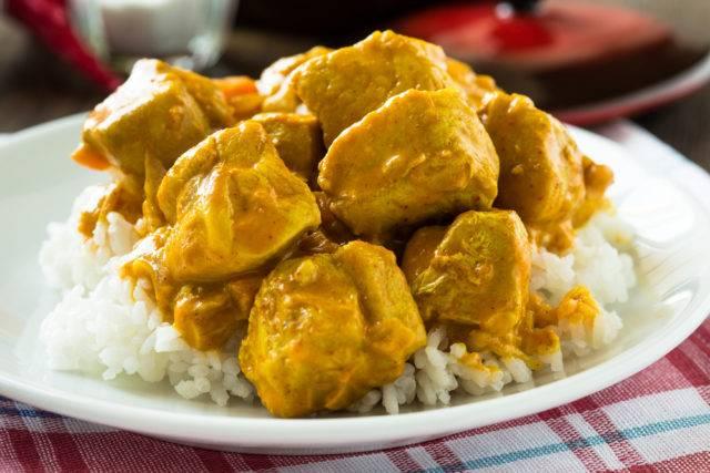przyprawa curry dodana do kurczaka