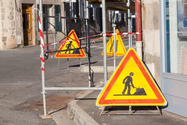 znaki ostrzegawcze na drodze