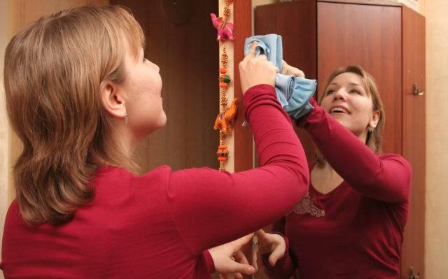 jak czyścić lustro ze smugami