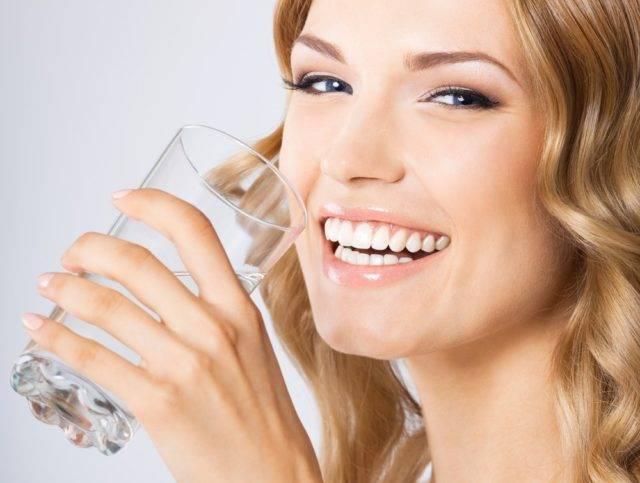 kobieta karmiąca pijąca wodę
