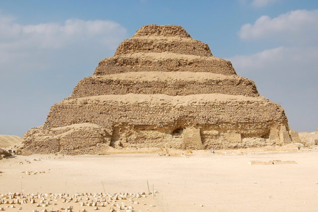 zabytki egiptu piramida schodkowa Dżesera