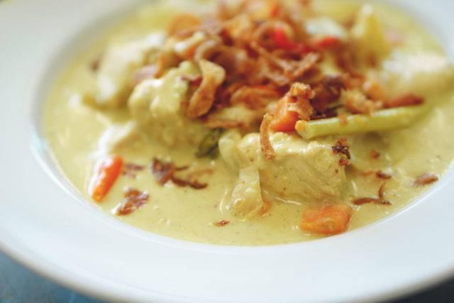 wietnamska zupa z przyprawą curry i kurczakiem