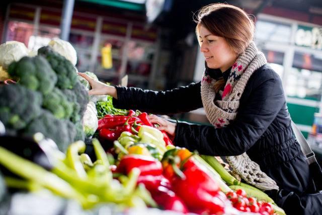 kupowanie warzyw przez kobietę