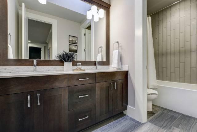 jak umeblować małą łazienkę