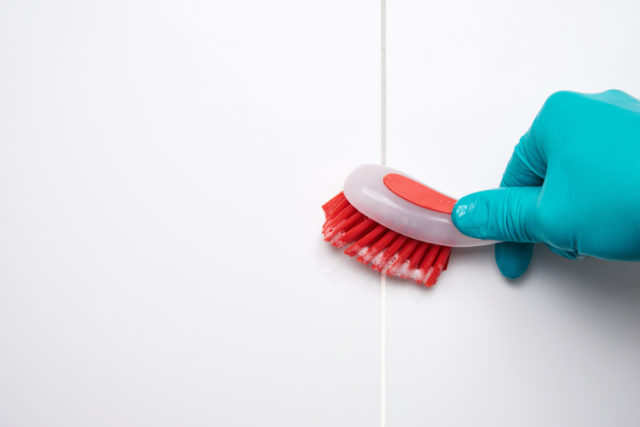 usuwanie pleśni z fugi w łazience