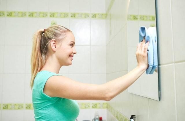 jak czyścić lustra w łazience