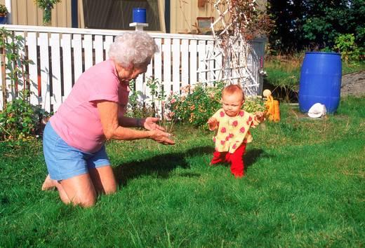 babcia z wnukiem w ogrodzie