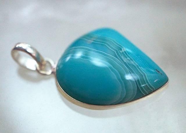 niebieskie kamienie szlachetne agat