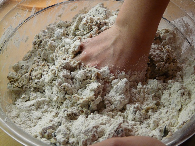 mieszanie składników na chleb